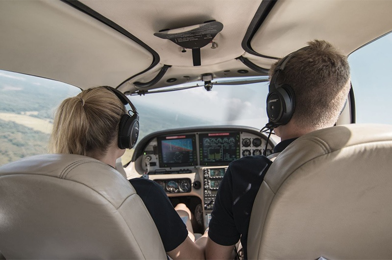 Flugschülerin in Cirrus
