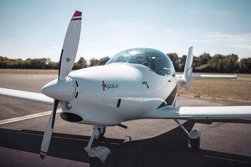 Chartern Sie bei uns das Flugzeug Aquila A211GX und fliegen Sie los.